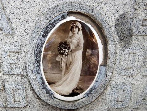 Julia đã qua đời khi đang sinh con vì một số biến chứng.