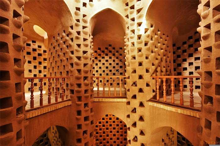 Tháp chim bồ câu điển hình có hình trụ, được xây bằng gạch bùn không nung, vôi và thạch cao.