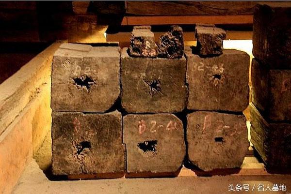 Thân cây hoàng đàn được tước vỏ, xếp vuông vức làm tường lăng mộ