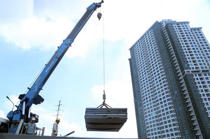 Xe cẩu vận chuyển các loại vật liệu phục vụ sửa chữa cầu Thăng Long.
