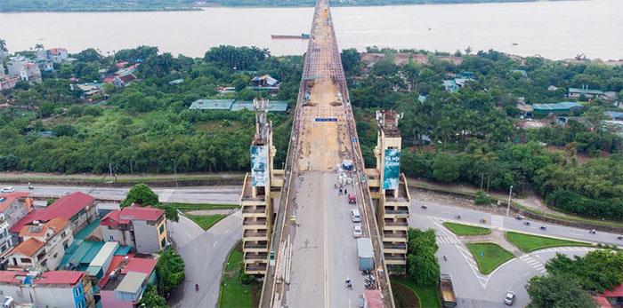 Cầu Thăng Long bắc qua sông Hồng được xây dựng từ tháng 11/1974