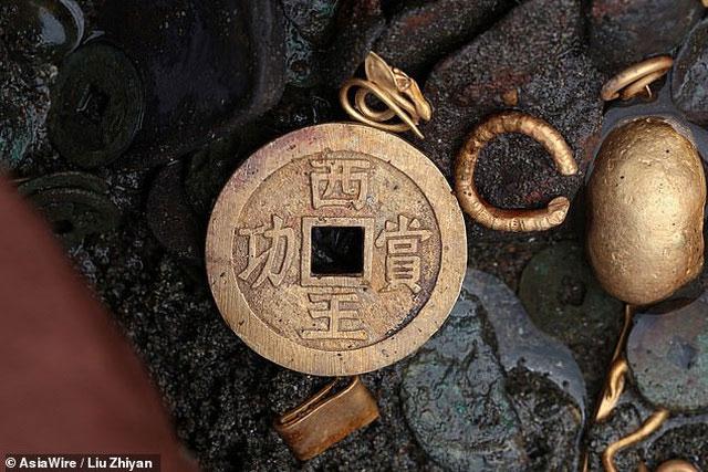 Lần khai quật thứ 3 này thu được nhiều món đồ có giá trị, trong đó bao gồm cả tiền xu cổ.
