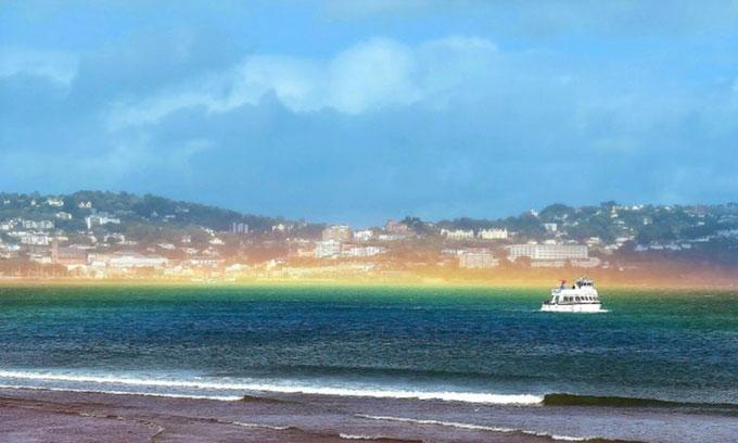 Cầu vồng dẹt xuất hiện trên biển sau bão.