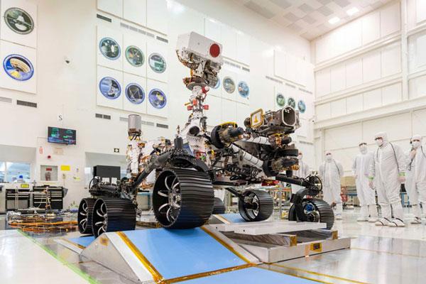 Mars 2020 Perseverance được 'cách ly' tại Phòng thí nghiệm Sức đẩy Phản lực của NASA ở Pasadena, California