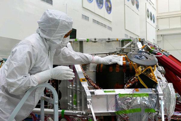 Các phần cứng của Perseverance luôn được các kỹ thuật viên NASA lau sạch bằng cồn
