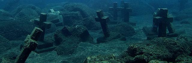 Đáy biển ngoài khơi bờ La Palma thuộc quần đảo Canary trông giống như một nghĩa địa với hơn 40 cây thánh giá cũ kỹ cắm dưới lòng đất