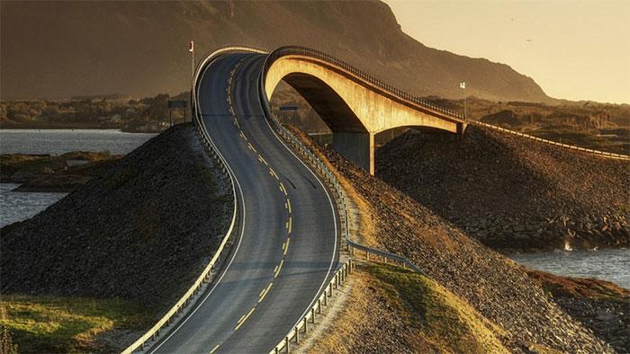 Cầu có chiều dài khoảng 8 km, được thiết kế hình dáng ngoằn ngoèo với nhiều đường cua bất ngờ.