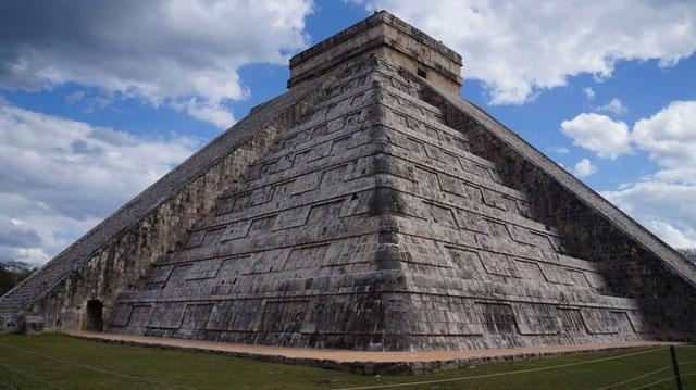 Kim tự tháp Kukulkan là một trong những công trình kiến trúc ấn tượng nhất ở Chichen Itza