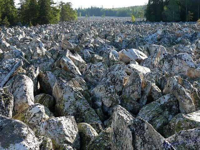 Những khối đá nặng tới cả chục tấn, hầu như giữ nguyên vị trí như cách đây hàng nghìn năm trước.