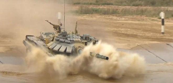 Xe tăng đội Việt Nam vượt sông cạn tại chung kết bảng 2 Tank Biathlon 2020.