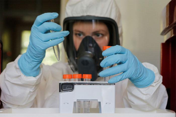 Một nhà nghiên cứu vaccine tại Gamaleya.