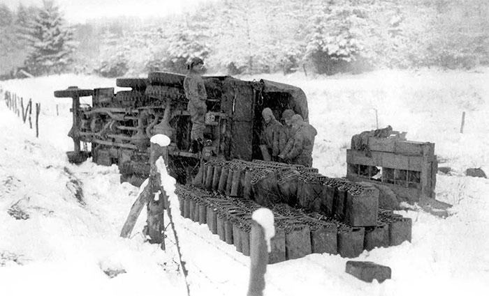 Những chiếc Jerrycan của người Đức nguyên vẹn dù xe lật.