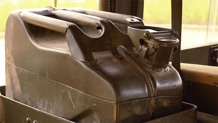 Phần gù lên nối đuôi tay cầm của can chính là một buồng khí.