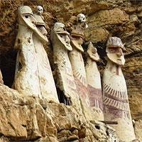 Bí ẩn quan tài hình người trên rìa vách đá ở Peru