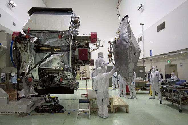 Các kỹ sư đang gắn ăng-ten cho tàu thăm dò Juno.
