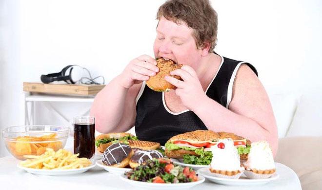 Chế độ ăn uống thiếu khoa học, kém lành mạnh khiến nhiều người có nguy cơ mắc ung thư đại tràng cao.