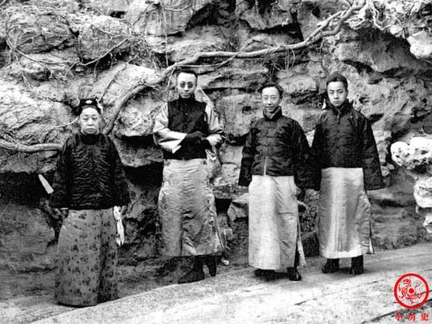 Đoan Khang Thái phi (trái) chụp ảnh cùng Phổ Nghi (thứ 2 từ trái sang) và một số người khác.