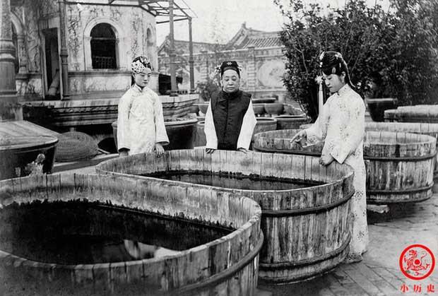 Đoan Khang Thái phi và hai người cháu gái đang xem cá ở Diên Hi cung.