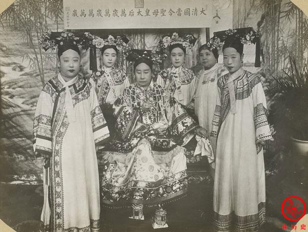 Từ Hi Thái hậu (giữa) chụp cùng Long Dụ Hoàng hậu của Hoàng đế Quang Tự và Cẩn phi
