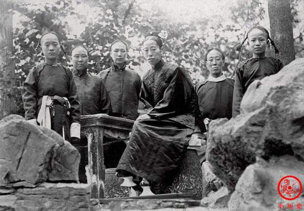 Sau khi Hoàng đế Quang Tự băng hà, Long Dụ Hoàng hậu (giữa) được tôn làm Hoàng thái hậu.