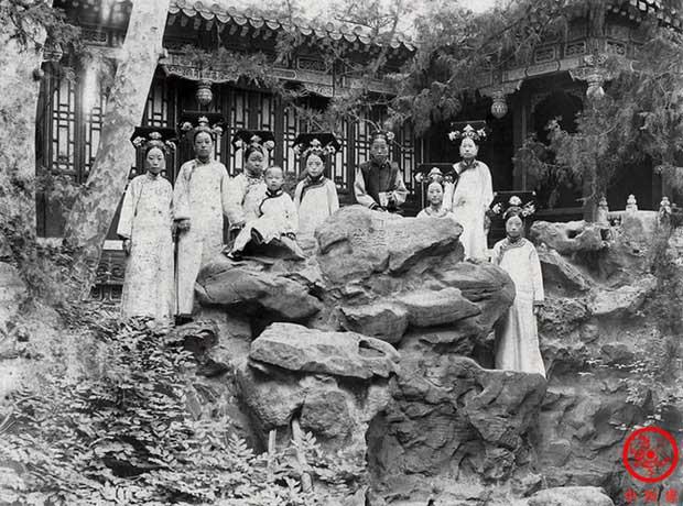 Long Dụ Thái hậu (áo đen) và Phổ Nghi lúc bé tại Hoa viên Kiến Phúc Cung.