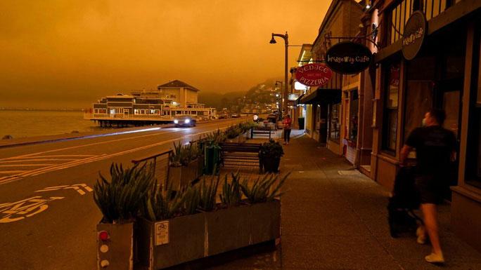Đại lộ Bridgeway ở San Francisco ban ngày mà mịt mờ như đêm tối.