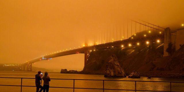 Cầu Cổng vàng bị bao phủ bởi khói hôm 9/9.