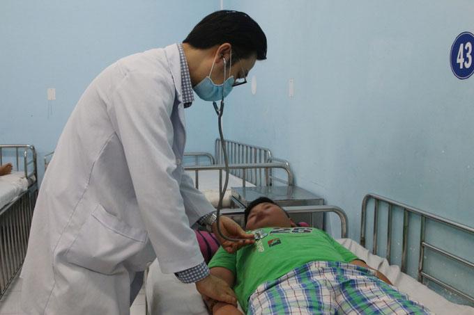 Bác sĩ Tuấn khám cho bệnh nhi sốt xuất huyết.
