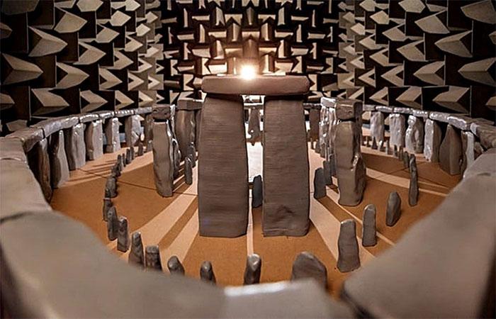 Quần thể Stonhenge có thể được sử dụng như nhạc cụ dạng bộ gõ để tạo ra các tiếng giống cồng chiêng kim loại.