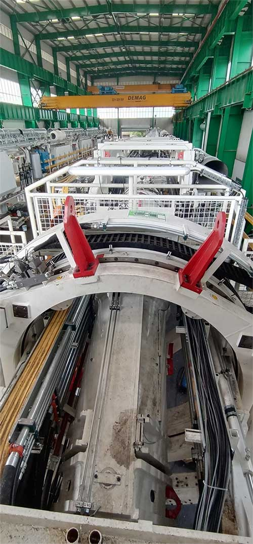 Sau đó, máy TBM được cẩu tải trọng lớn khoảng 500 tấn đưa qua 2 lỗ mở đã được đào sẵn cho xuống đến đáy ga
