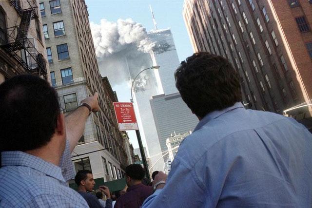 Người đi bộ hốt hoảng khi chứng kiến máy bay đâm vào tòa tháp đôi.