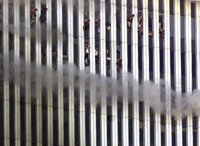 Bức ảnh chụp lại khoảnh khắc ám ảnh khi những người ở trong tòa tháp đôi đang bốc cháy ngùn ngụt nhìn ra bên ngoài.