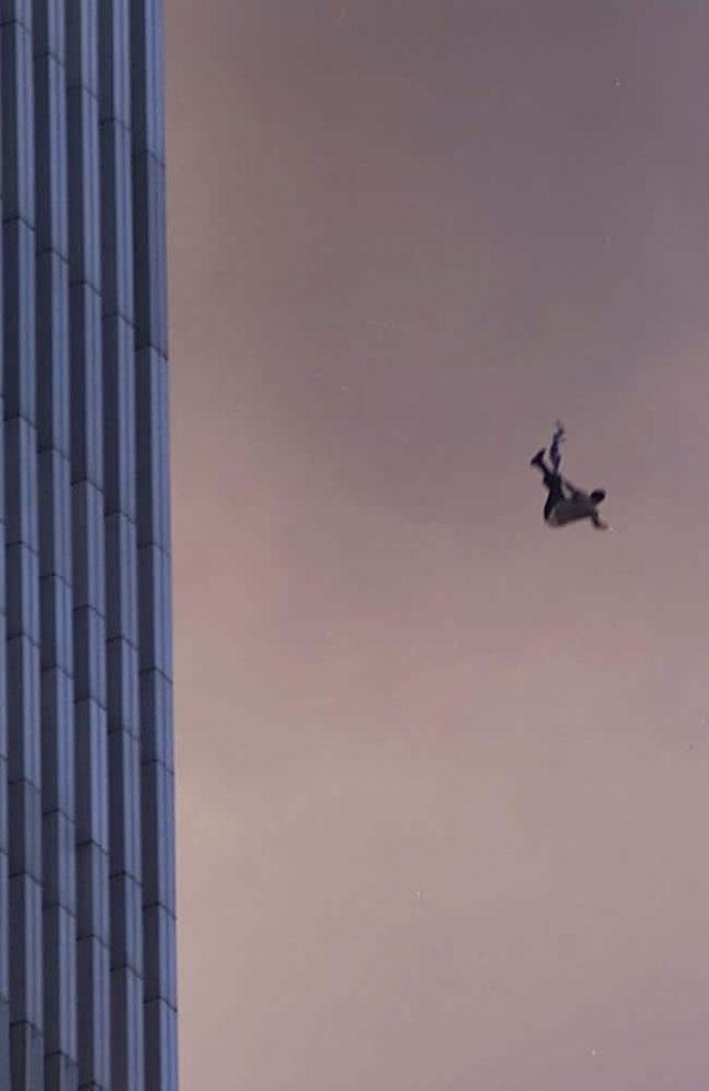 Nhiều người đã chọn cách lao mình ra khỏi tòa tháp đôi vì không còn sự lựa chọn nào khác
