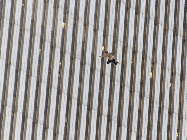 Khoảnh khắc các nạn nhân nhảy khỏi tòa tháp đang cháy vẫn còn gây ra nỗi ám ảnh với nhiều người.