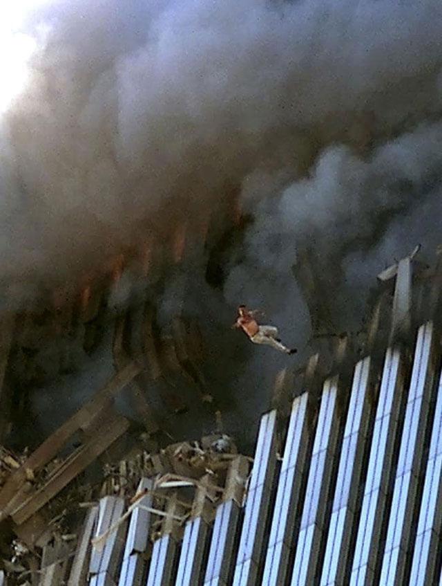 Một người đàn ông lao mình từ tòa tháp số 1 tại Trung tâm Thương mại Thế giới tại New York xuống đất.