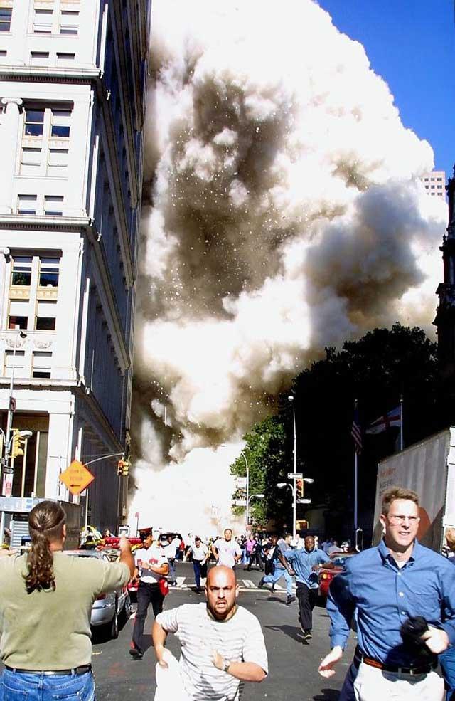 Những người hốt hoảng chạy khỏi hiện trường sau khi tòa tháp đôi đổ sập xuống.