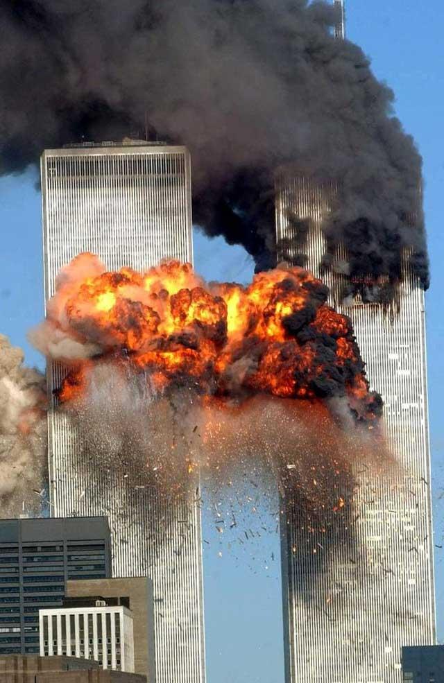 Hai tòa tháp nổ tung sau khi bị 2 máy bay thương mại đâm trúng.