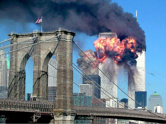 Một tháp của Trung tâm Thương mại Thế giới nổ tung sau khi bị máy bay do khủng bố điều khiển đâm trúng.