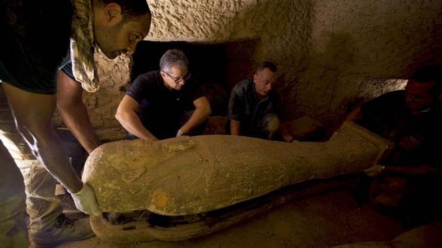Các nhà khảo cổ tác nghiệp tại Saqqara.