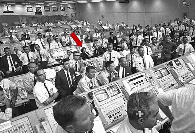 Phòng điều khiển phóng Apollo 11, Morgan ngồi ở vị trí đánh dấu mũi tên màu đỏ.