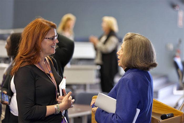 JoAnn Morgan (bên phải) tham gia sự kiện Women's History Month