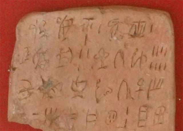 Hình cắt của một bảng chữ Linear A được tìm thấy tại cung điện Minoan.