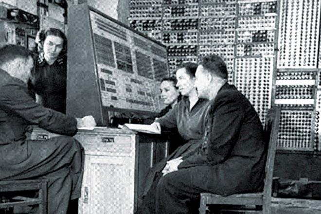 Các nhà khoa học bên cạnh chiếc máy tính điện tử MESM đầu tiên của Liên Xô năm 1952.