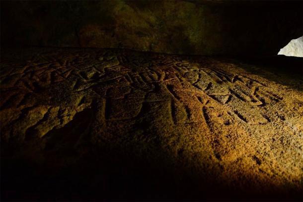 Hình khắc trên đá