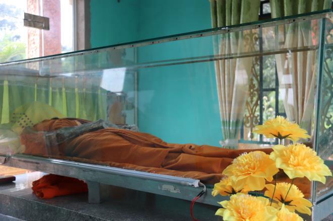 Các sư thầy ở đây cho biết, hòa thượng Chau Tinh tu học tại chùa từ năm 13 tuổi cho đến năm 2014 thì mất ở tuổi 79 tuổi. T