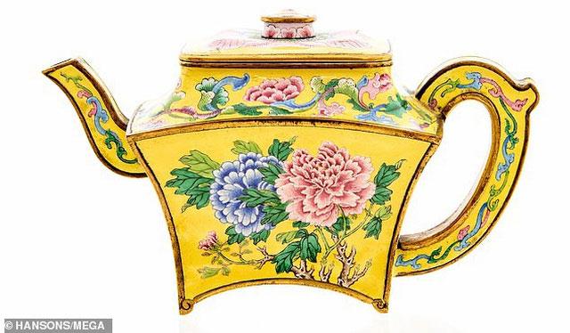 Ám trà này được sử dụng dưới thời Hoàng đế Càn Long từ năm 1735 đến năm 1796.