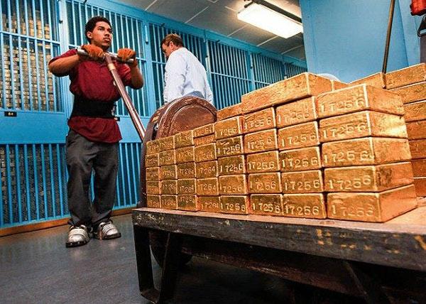 Trước khi được nhập kho, vàng sẽ được kiểm tra kỹ lưỡng