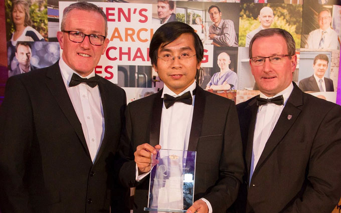 GS Dương Quang Trung (giữa) nhận giải thưởng Vice-Chancellor's Research Prize năm 2016.