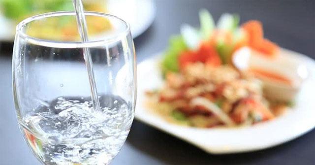 Uống nước sau khi ăn xong