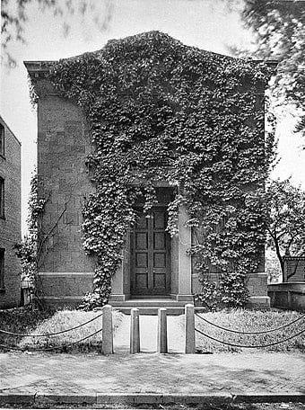 """Trụ sở của Skull and Bones Club, nơi này còn được gọi là """"lăng mộ""""."""